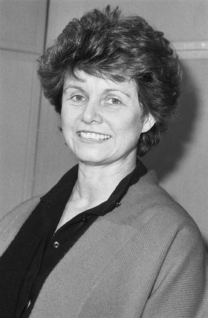 erhaltend: London, England - 12. Dezember 1990 - Alison McNair, Konservative Partei Parlamentarische Kandidat f�r Greenwich, besucht eine Fototermin.