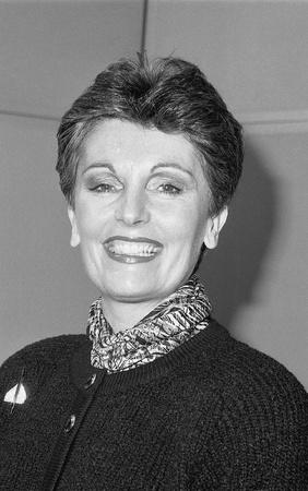 parlamentario: Londres, Inglaterra - 12 de diciembre de 1990 - Jacqueline Foster, candidato del Partido Conservador Parlamentario de Newham del Sur, asiste a una sesi�n de fotos. Ella es ahora miembro del Parlamento Europeo para el noroeste de Inglaterra.