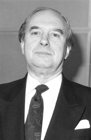 erhaltend: London, England - 12. Dezember 1990 - Tony Hennessy, konservativen Partei Parlamentarische Kandidat f�r Hammersmith, besucht einen Fototermin.