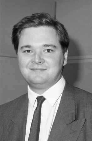 erhaltend: London, England - 12. Dezember 1990 - Jeremy Galbraith, Konservative Partei Parlamentarische Kandidat f�r Newham North East, besucht eine Fototermin am Conservative Central Office. Editorial
