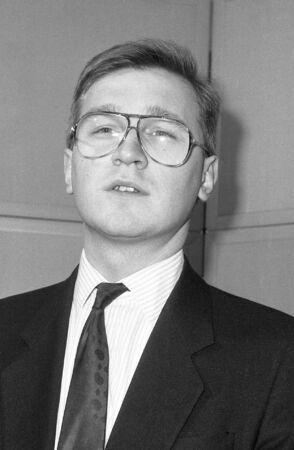 erhaltend: London, England - 12. Dezember 1990 - Andy Raca, konservativen Partei Parlamentarische Kandidat f�r Southwark und Bermondsey, besucht einen Fototermin bei Konservativen Central Office.