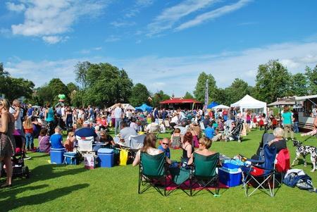 Tenterden, Inghilterra - 30 giugno 2012 - Il pubblico seduto sull'erba del festival di musica Tentertainment. L'evento annuale � stata la prima volta nel 2008. Editoriali
