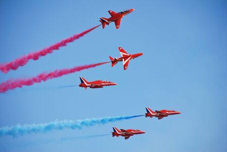 Hastings, Inghilterra - 22 luglio 2012 - acrobazie aeree della RAF squadra visualizzare le frecce rosse danno un display per segnare la fine di Pirate Day. Era la loro prima visita a Hastings in 24 anni. Editoriali