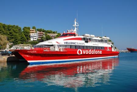 Alonissos, Grecia - 27 settembre 2012 - Hellenic Seaways catamarano Cat traghetto Volare 5 ormeggiata nel porto di Patitiri. Il catamarano � stato costruito nel 1996.