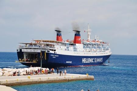 Alonissos, Grecia - 27 giugno 2013 - Hellenic Seaways traghetto express Pegasus attracco al porto di Patitiri, sull'isola greca di Alonissos. L'125,7 mtr lungo nave ? stata costruita nel 1977 in Italia. Editoriali