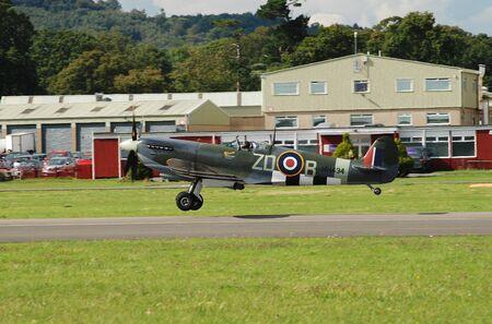 mk: Dunsfold, Inglaterra - 23 de agosto 2014 - Spitfire Mk 1XB, MH434, se quita durante la exhibici�n de vuelo Dunsfold. El avi�n fue construido en el a�o 1943 antes de servir en la Royal Air Force.