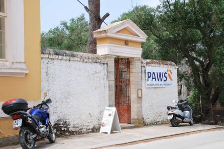 tierschutz: Paxos, Griechenland - 18. Juni 2014 - Au�enansicht des PFOTEN (Paxos Tierschutzbund) Tierklinik in Magazia auf der griechischen Insel von Paxos. Gegr�ndet im Jahr 2005 er�ffnete die Gesellschaft die Klinik in September 2013.