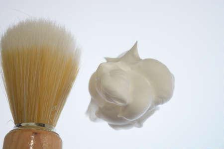Rasierschaum und Rasierpinsel isoliert auf weißen Hintergrund, pur Standard-Bild - 76065572