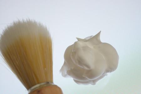 Shaving foam and shaving brush isolated on white background, pur Banco de Imagens