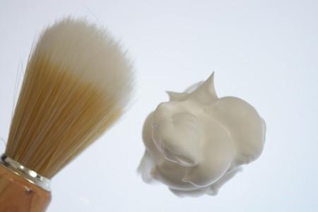 Rasierschaum und Rasierpinsel isoliert auf weißen Hintergrund, pur Standard-Bild - 76934597