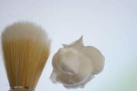 Rasierschaum und Rasierpinsel isoliert auf weißen Hintergrund, pur Standard-Bild - 78543077
