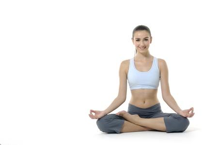 mujer meditando: mujer haciendo movimientos de yoga o meditación