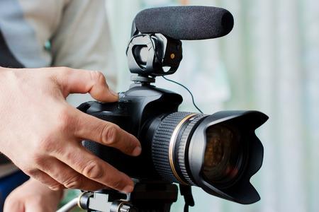 Video camera operator werkt met zijn professionele apparatuur