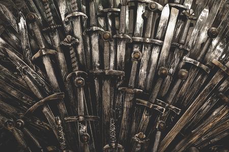 Métal épées chevalier fond. Fermer. Le concept Knights. Banque d'images - 70645678