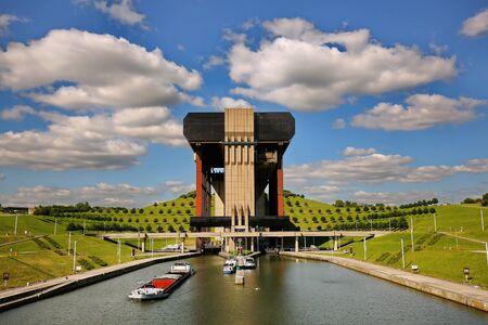 Boat lift in Belgium Strepy-Thieu 에디토리얼
