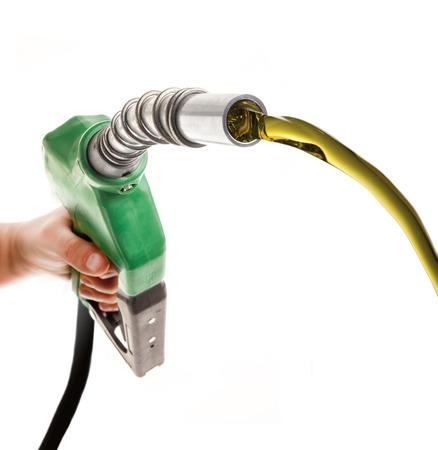 Mâle main gaspiller du gaz avec pompe verte isolé sur blanc Banque d'images - 85252415