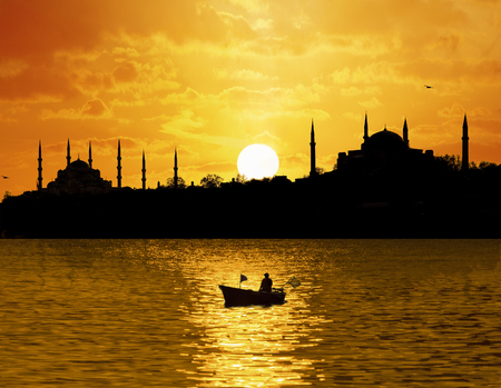 Sunset over Istanbul Silhouette and the fishing boat Zdjęcie Seryjne