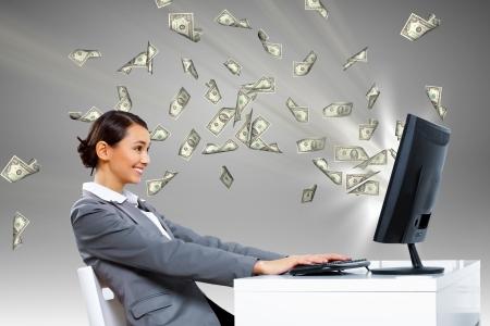 Jonge onderneemster in het bureau met geldbankbiljetten rond haar