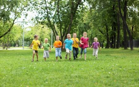 niños felices: Grupo de niños que se divierten juntos en el parque
