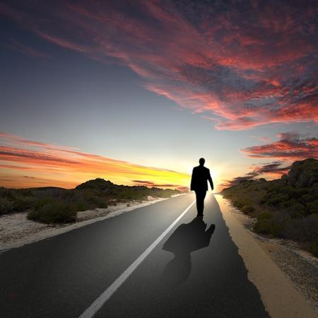 hombre solo: Collage con una figura humana caminando lejos por el camino coubtry