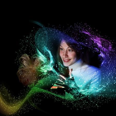 milagros: Mujer joven abriendo una caja de regalo con el brillo y las luces brillantes a su alrededor