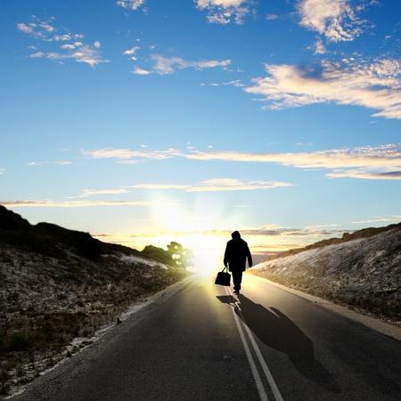 lejos: Collage con una figura humana caminando lejos por el camino coubtry
