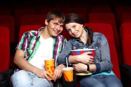 Młoda para siedzi w kinie i oglądania filmów