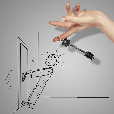 hombre caricatura: El hombre tratando de abrir una puerta con la llave