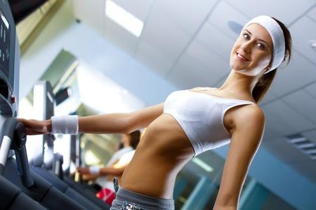 sport wear: Mujer joven en desgaste del deporte hacer deporte en el gimnasio