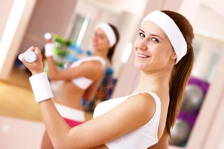 sport wear: Joven mujer en el deporte desgaste de hacer deporte en el gimnasio
