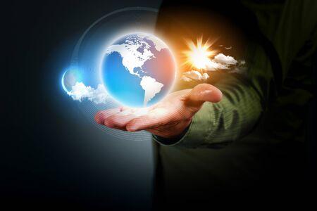 contaminacion ambiental: Hombre que sostiene un globo terráqueo que brilla intensamente en sus manos