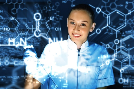 investigador cientifico: Joven qu�mico con el uniforme blanco de trabajo en el laboratorio