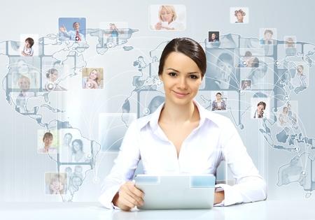 Portrait d'une jeune femme d'affaires faisant la présentation