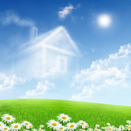 droomhuis: Foto van een huis van witte wolken tegen de blauwe hemel Stockfoto