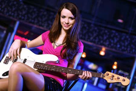 Jeune joueur de guitare avec un instrument d'interprétation dans les night-club Banque d'images - 13146256
