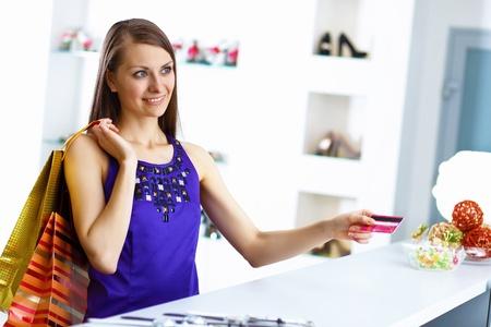 Jeune jolie femme faire du shopping avec la carte de cr�dit