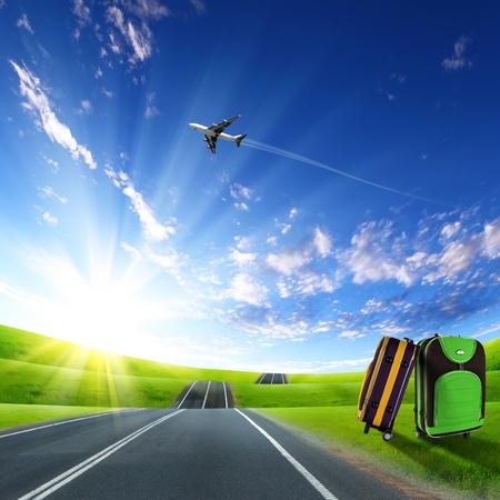 mochila viaje: Maleta roja y el avi�n en el cielo azul por encima de Foto de archivo