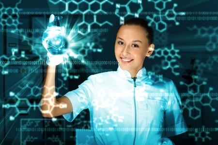 examenes de laboratorio: Joven químico con el uniforme blanco de trabajo en el laboratorio