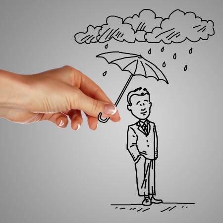 защита: Человек стоял под дождем и защищен с зонтиком