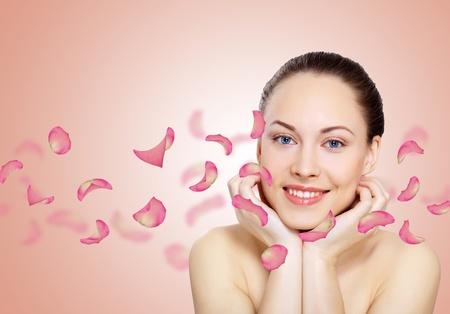 Studio ritratto di una bellissima giovane donna con fiori su sfondo