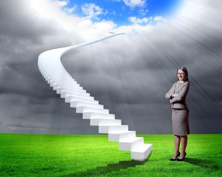 Businesswoman in tuta in piedi vicino a salire le scale
