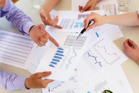 財源: テーブルと人間の手で金融とビジネス文書 写真素材