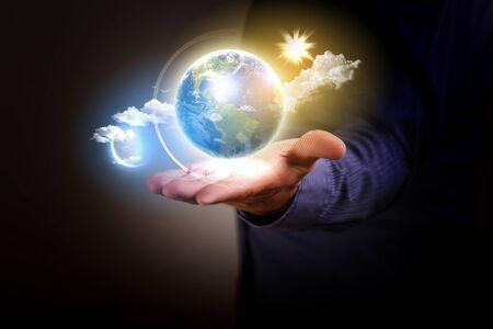 contaminacion ambiental: Hombre que sostiene un globo terr�queo que brilla intensamente en sus manos