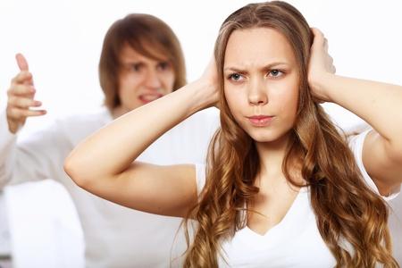pareja discutiendo: Hombre joven y mujer enojada y en conflicto