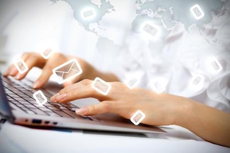 trabajo social: Negocio persona que trabaja en el ordenador contra el fondo de tecnolog�a Foto de archivo