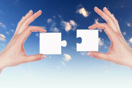 puzzle pieces: Bild von Farbe Puzzleteile und die menschliche Hand