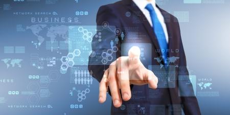 tecnologia: Uomo d'affari in completo blu lavorare con schermo digitale vurtual