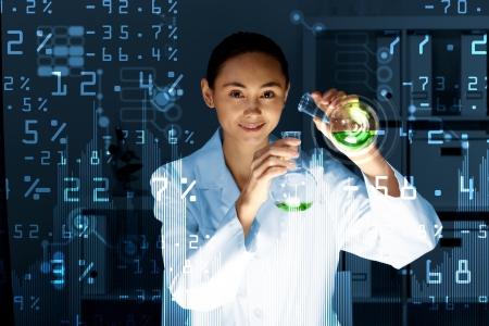 bata de laboratorio: Joven cient�fico en el laboratorio con el uniforme blanco Foto de archivo