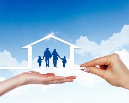 Famille des parents et de deux enfants à l'intérieur d'une maison Banque d'images