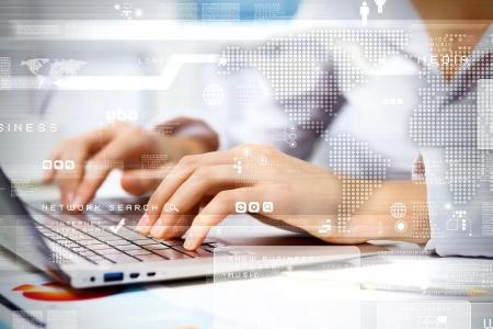 technologie: Obchodní osoba pracující na počítači, na technologické zázemí